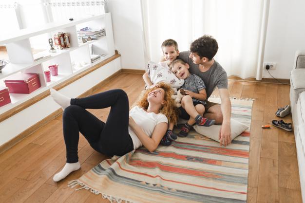 familia-feliz-colgando-sala-estar_23-2147909344