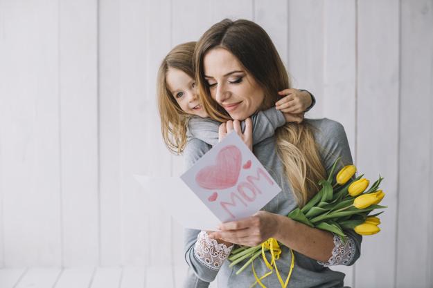 concepto-dia-madre-madre-joven-e-hija_23-2147776564