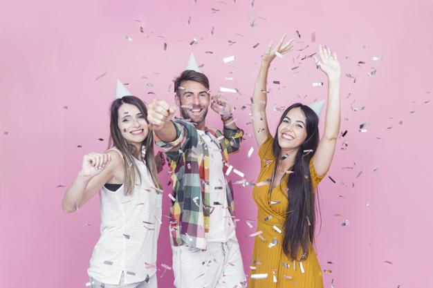confeti-cayendo-sobre-amigos-disfrutando-sobre-fondo-rosa_23-2147865340