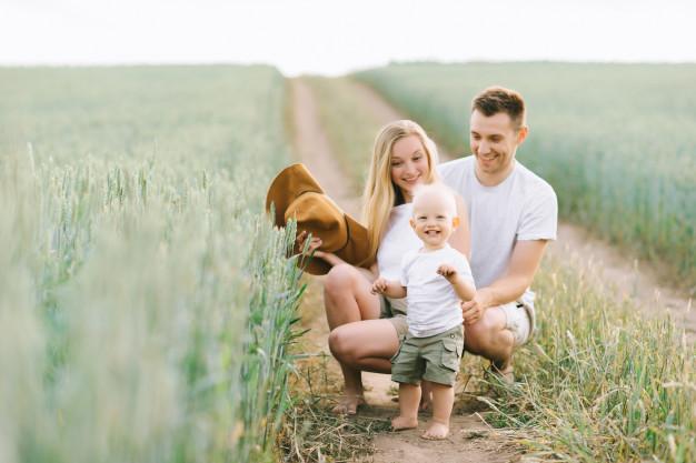 familia-joven-divierte-su-pequeno-bebe-campo_3579-3793